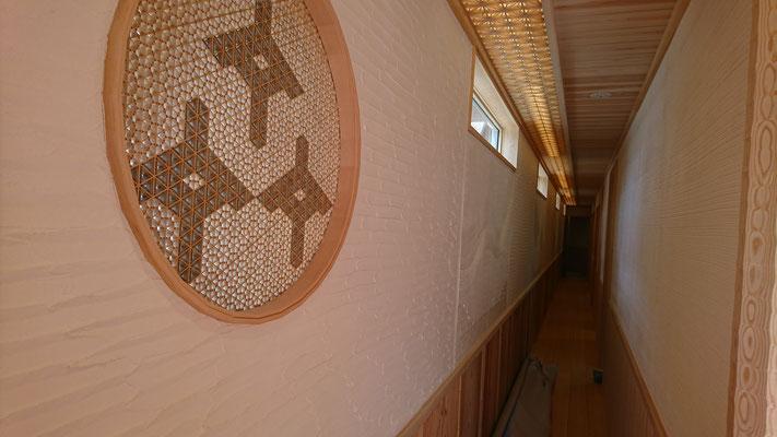 公募型木のまちづくり事業_新築:丸窓は松井氏の組子細工で象形文字造作