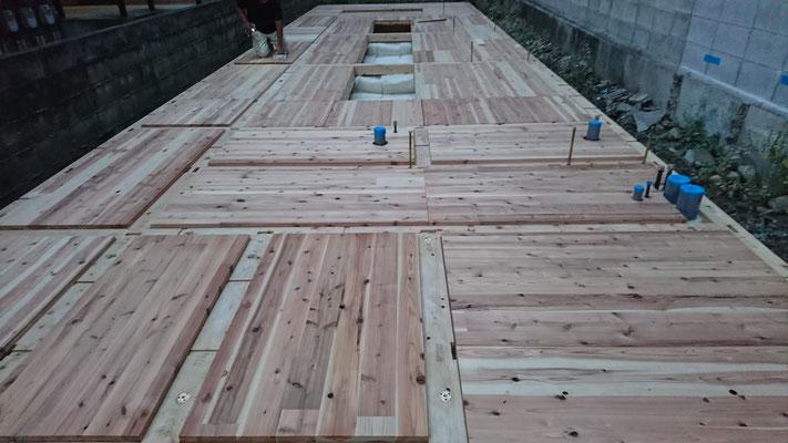 木のまちづくり事業_新築CLT材で床下地施工後