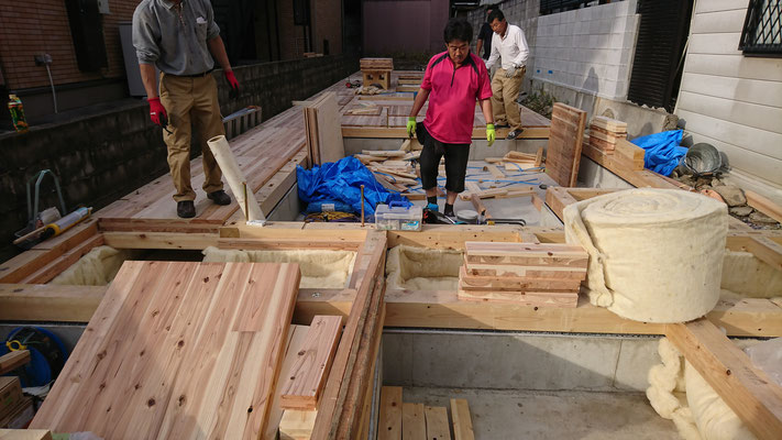 木のまちづくり事業_新築CLT材で床下地施工中
