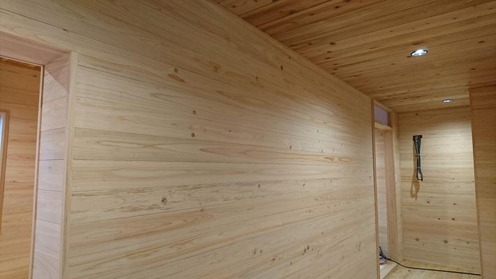 公募型木のまちづくり推進事業_府産材桧並板と杉並板で仕上げたホール