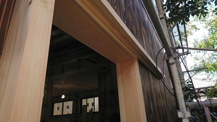 公募型木のまちづくり事業_改装外部玄関桧枠材造作