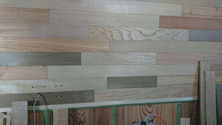 国産無垢材の様々なフローリング材でサンプル壁