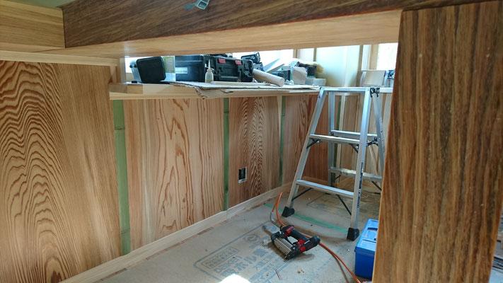 幅広杉板と竹と桧上小二ムジで造作する腰壁