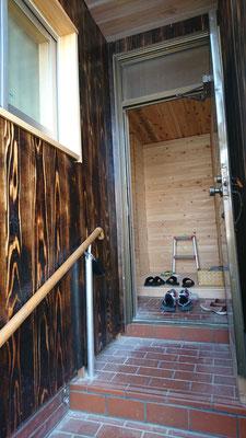 公募型木のまちづくり推進事業_府産材焼杉上小のアプローチと桧並板と杉並板の玄関