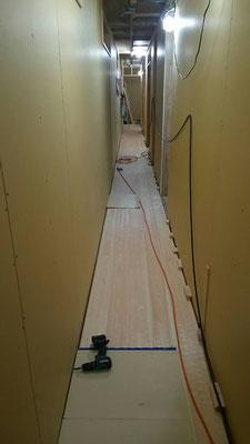 公募型木のまちづくり事業_新築:1F廊下床板⇒ナグリ桧上小30mm