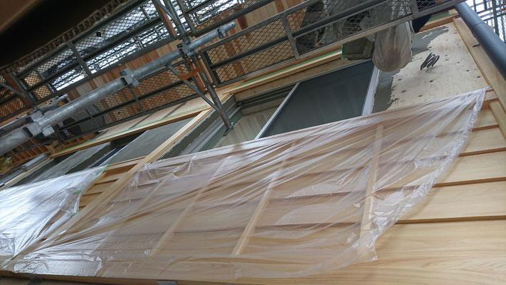 公募型木のまちづくり推進事業_府産材桧上小で造作加工した鎧貼り上部漆喰の下塗り施工中