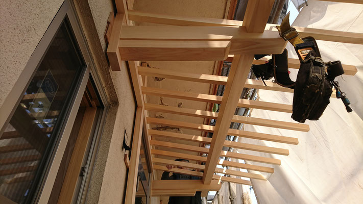 公募型木のまちづくり推進事業_府産材桧上小で造作加工した庇及び化粧板施工中