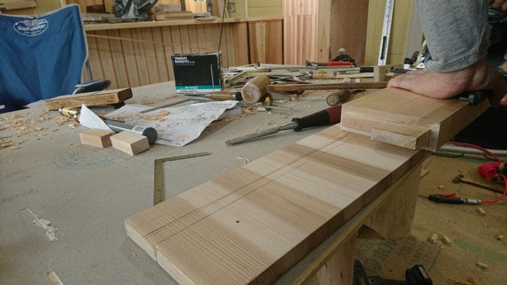 一枚板のテーブル足のタモを刻み造作中