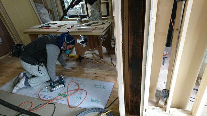 京町家改装工事_西南桜の床板施工中