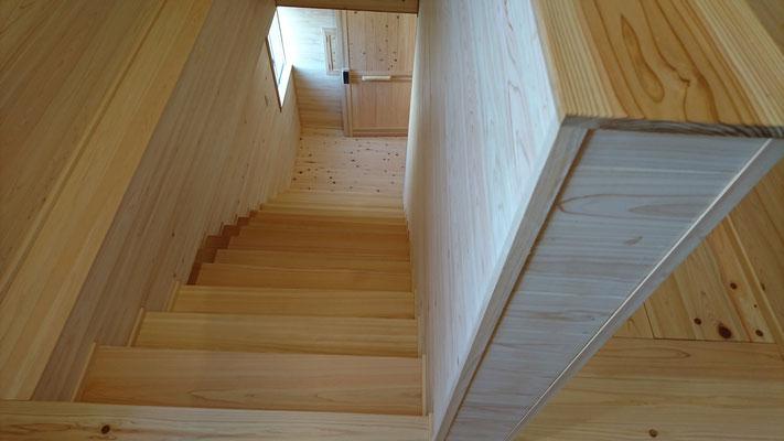 公募型木のまちづくり推進事業_府産材桧上小の段板と杉並板の蹴込と桧並帯板の床で仕上げた階段ホール