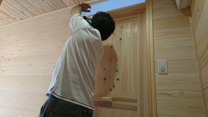 公募型木のまちづくり推進事業_府産材桧並板で框組した造作建具取付中