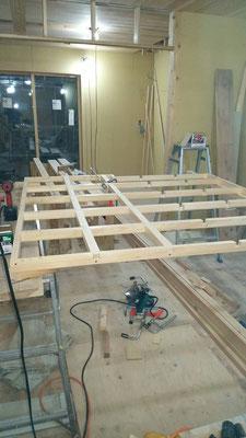 公募型木のまちづくり事業_新築:1F玄関格天枠造作中