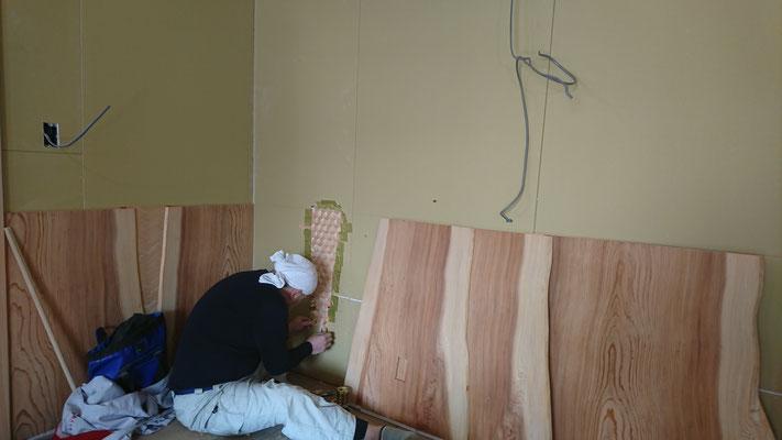 杉幅広腰板の隙間に網代造作中