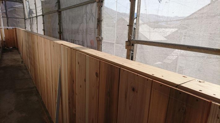 公募型木のまちづくり推進事業_手摺杉並板施工中
