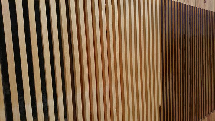 公募型木のまちづくり推進事業_府産材桧上小2ムジ20×30で造作した縦格子:塗装中