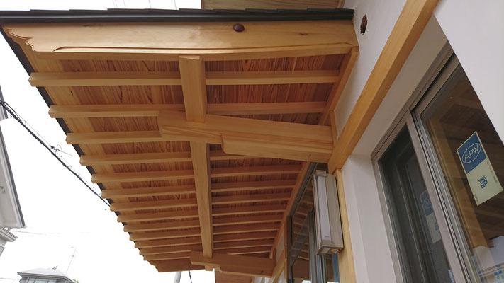 公募型木のまちづくり推進事業_府産材桧上小柾目と板目で造作した庇