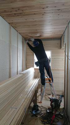 公募型木のまちづくり推進事業_内部造作:壁加工板桧施工中