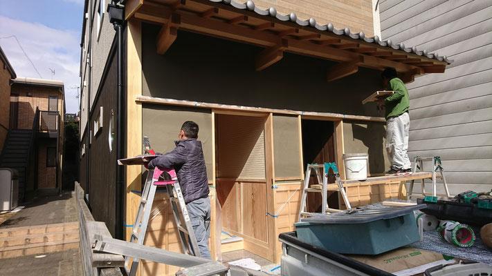 公募型木のまちづくり事業_玄関漆喰壁施工中