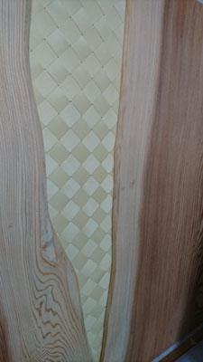 杉幅広板とヒバ網代で造作した腰壁