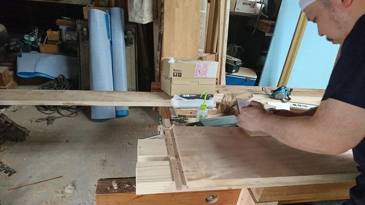 倉庫で眠っていた栃を柱型に仕上中