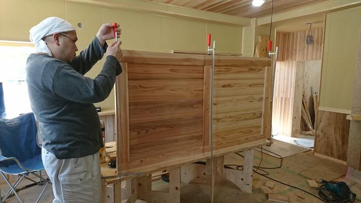杉の框組建具造作中