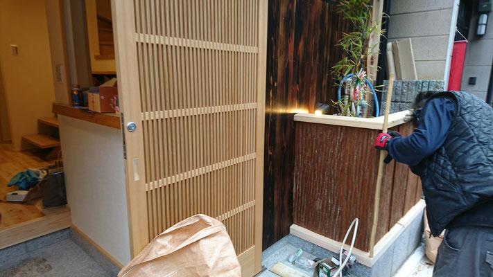 祇園改装工事_桧と杉皮による外壁工事