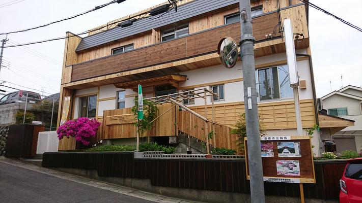 公募型木のまちづくり推進事業_府産材杉並板と目透上小で仕上げた外構外壁と鎧貼りに漆喰の外壁