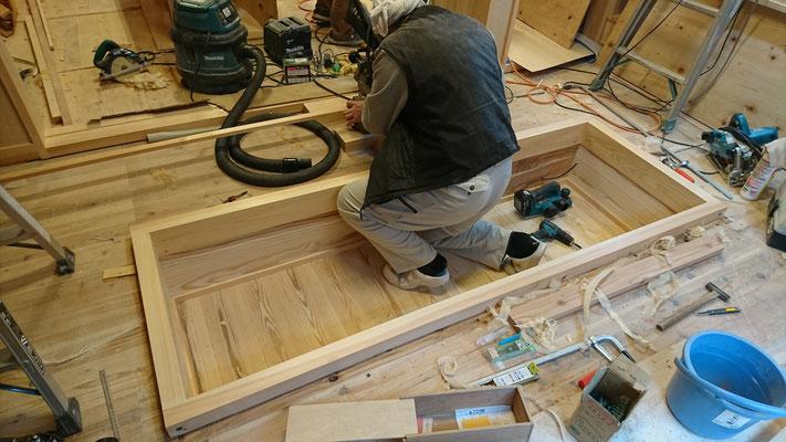 公募型木のまちづくり事業_新築:客室掘り炬燵造作中