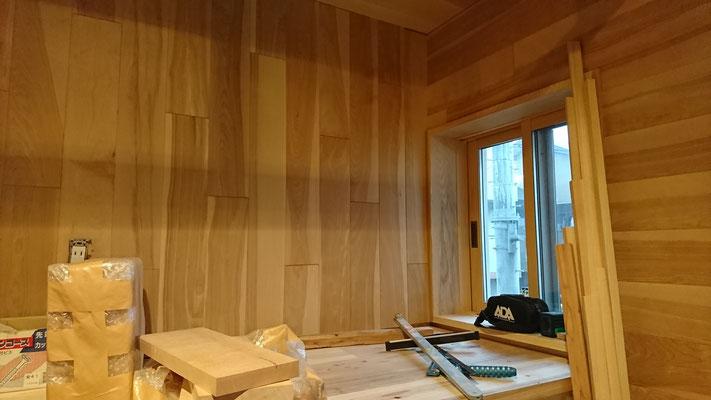 銘木市で仕入れた樺の無垢板で壁仕上げ