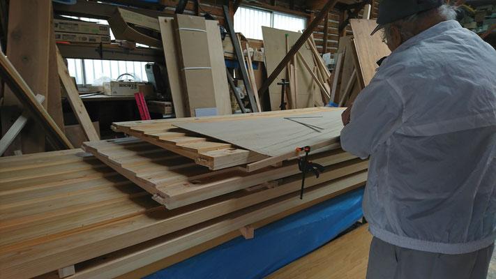 公募型木のまちづくり推進事業_府産材桧上小で造作加工した化粧板の下地加工中