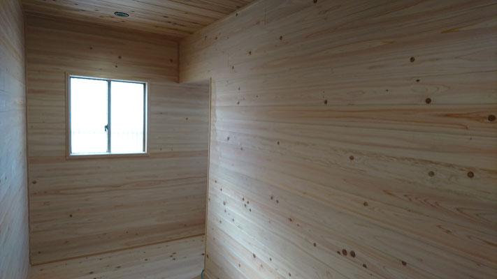 公募型木のまちづくり推進事業_府産材桧並板と杉並板で仕上げた階段ホール