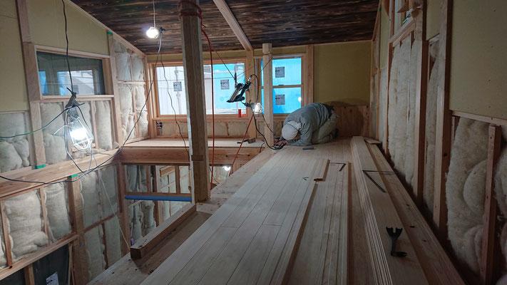 緑の木まち拡大事業:新築物件_木工事:吹き抜け周囲床桧上小