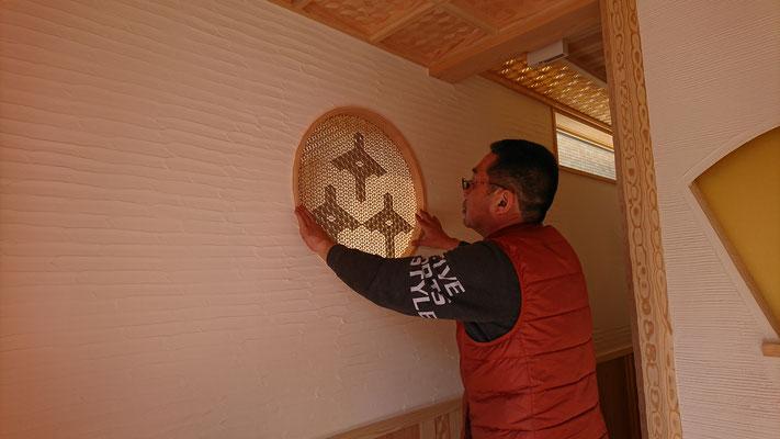公募型木のまちづくり事業_新築:丸窓は松井氏31角形挽曲窓枠と象形文字を描いた組子細工で造作