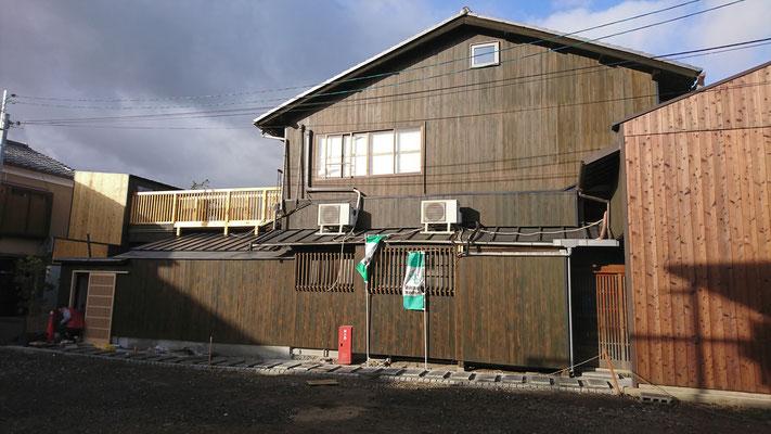 公募型木のまちづくり事業_改装外装門扉建付け中