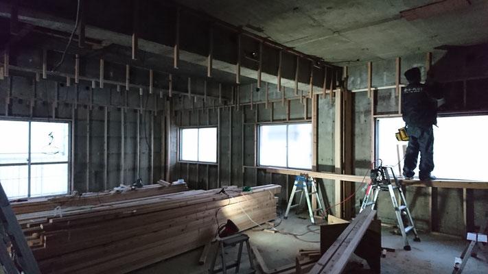 公募型木のまちづくり推進事業_内部造作:天井吊り木施工中