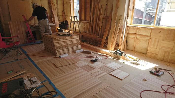 杉柾板でオリジナル市松床造作中_府産材|羊毛断熱材|リノベーション|京都リフォーム工事|緑の工務店|タクミ建設株式会社