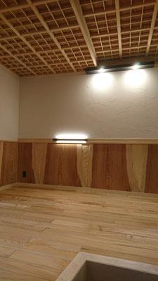 柚木幅広腰板と府産材で造作網代