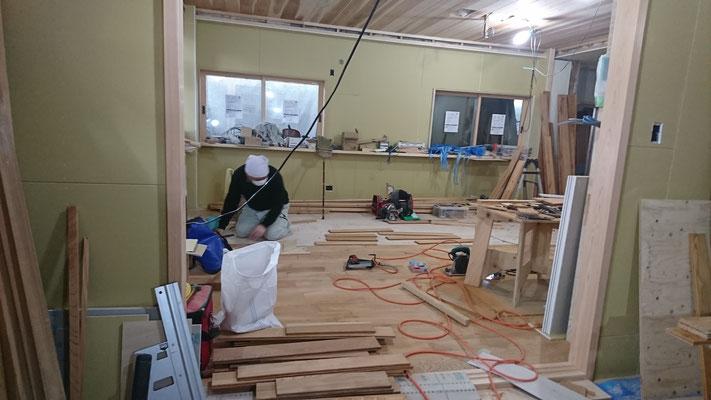 欅の乱尺床板施工中_乱尺板を一枚づつカンナ仕上しながら施工中です