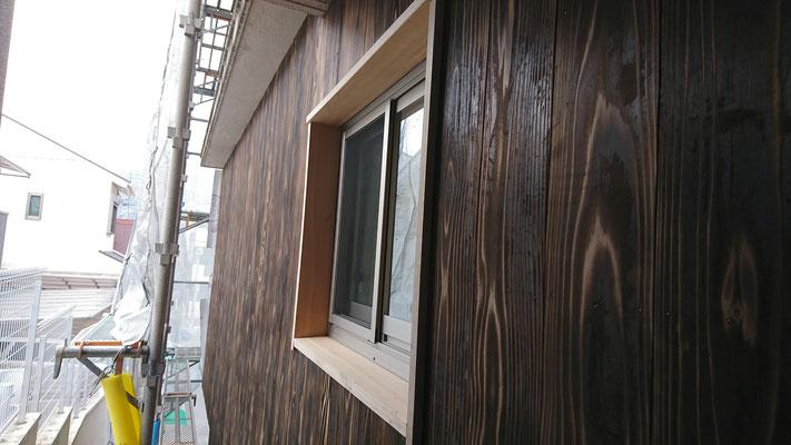 公募型木のまちづくり推進事業_桧上小で外部造作窓枠完成