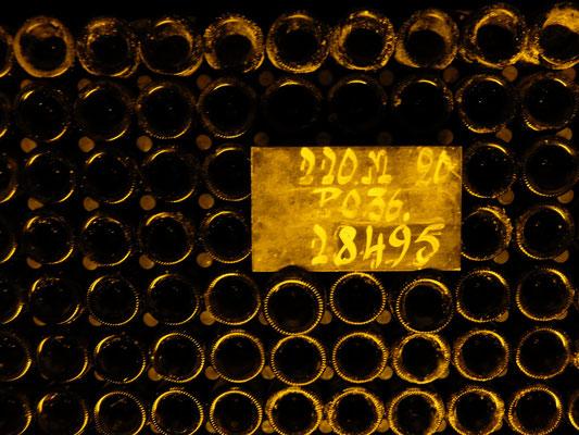 看板3段目の数字はそこにあるボトル本数を表す。