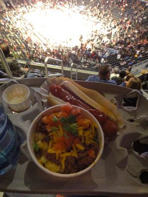 バスケの試合を見ながら定番のホットドッグとユニークなマカロニ&チーズ