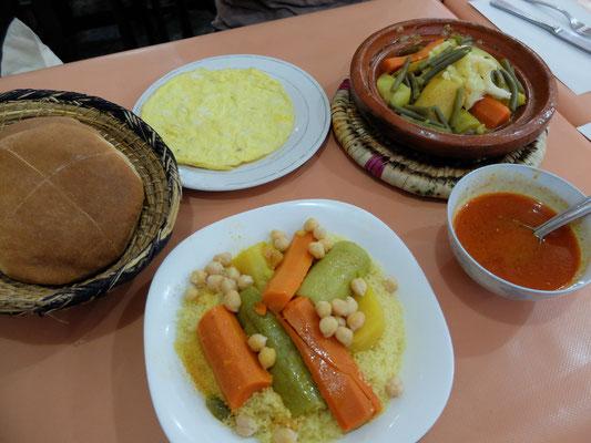 世界最小のパスタ、クスクス(写真手前)。北アフリカを代表する煮込み料理。スムールという粗粒状の小麦を蒸して、野菜と羊肉や鳥肉、魚を煮て、中身とスープを分けて出す。これらをスムールにかけて混ぜて食べる(地球の歩き方 モロッコ '12~'13/P46より抜粋)。