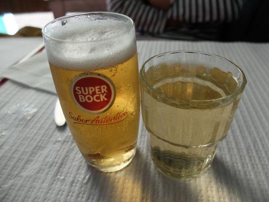 大衆ビール(左)と白ワイン(右)、地元の食堂にて