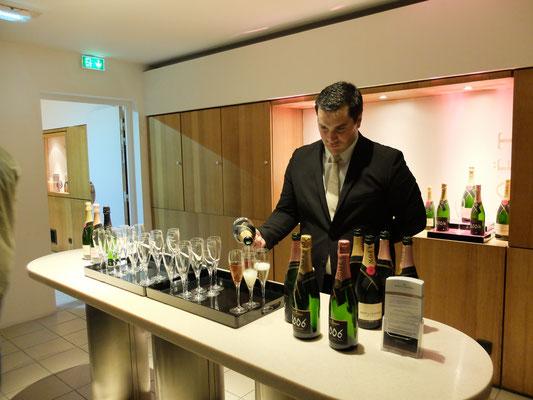 ツアー最後の試飲を注ぐソムリエ。ワインに関するどんな質問にも答えてくれる。