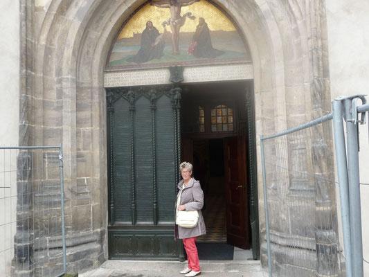 An dem Eingangstor schlug Luther  1571 die 95 Thesen an. Diese sind heute in eine schwere Bronzetür eingraviert und somit der Nachwelt erhalten.