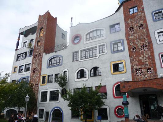 """Die """"Hundertwasserschule"""" in Wittenberg machte auf die Gruppe einen besonderen Eindruck."""
