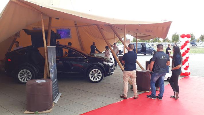 Die Flügeltüren von Tesla sind perfekt für Hochzeiten