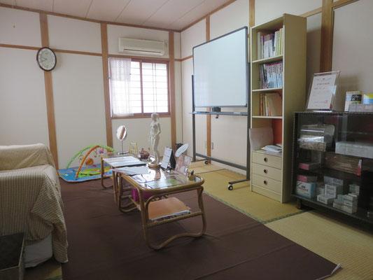 桃かお鍼灸院の待合室