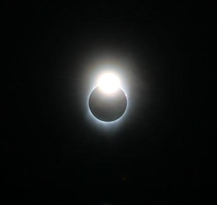Le grain de Baily, le premier rayon de soleil qui passe dans le creux d'un cratère, 3e contact, on remet les filtres. Gilles