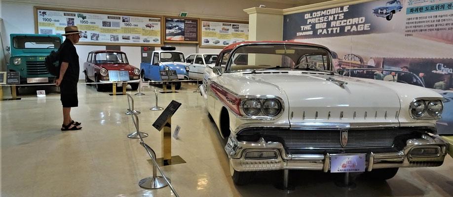 .....Amerikanische Autos gezeigt.